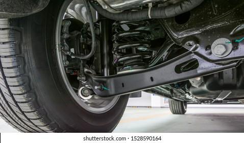 Technisches Foto. Die Struktur des modernen Autos. Hintere Suspension. Stoßdämpfer. Federung.