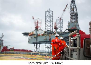Techniker oder Arbeitnehmer auf der Arbeitskalibrierung oder Funktionsprüfung Druckluft-Steuerventil in der Prozessöl- und Gasplattform Offshore-Techniker