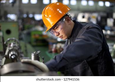 Techniker, die im werkseigenen Schwerpunktbereich arbeiten