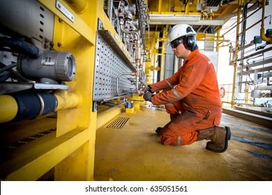 Techniker,Gerätetechniker auf dem Job aufgezeichnet Morgendaten oder Funktionsprüfdruckgeber in Prozessöl- und Gasplattform Offshore-Technik,Techniker