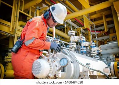 Techniker, Offshore-Mitarbeiter während der Arbeit in der Öl- und Gasplattform