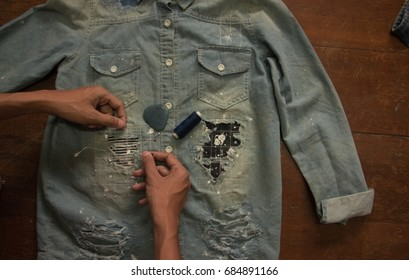 Technicians are doing genes in Japanese style. The work will come out as a tailor cut into a sewing together called a roo. Use cotton denim with blue indigo, yellow brown, red perfectly.