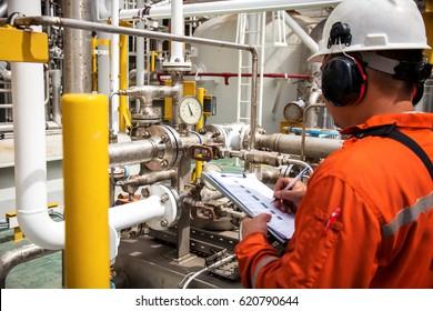 Techniker,Techniker in der Öl- und Gasraffinerienindustrie in der Arbeitsaufzeichnung Morgendaten