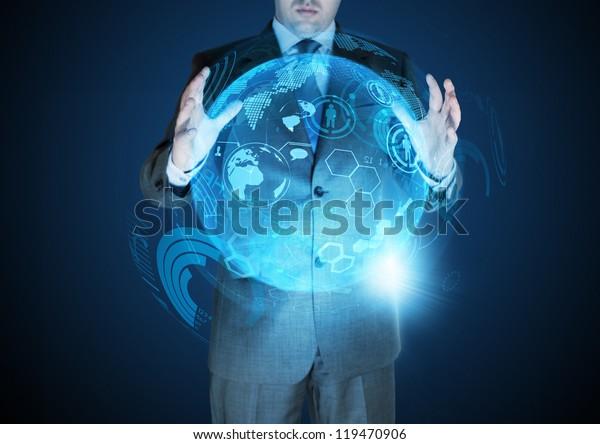 Technologische Fortschritte - Ein Geschäftsmann, der einen technischen Globus hält.
