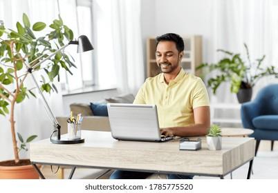 concept de technologie, d'emploi à distance et de mode de vie - homme indien souriant heureux avec ordinateur portable travaillant à domicile