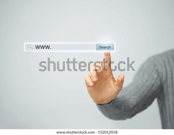 Technologie, Suchsystem und Internetkonzept - männlicher Druckknopf Suche