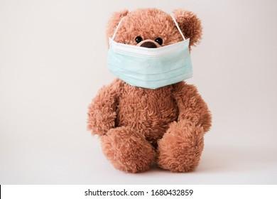 Teddybär mit Schutzmaske. Koronavirus-Schutz. Virusausbruch in einer Welt. Spielzeugbär in Maske, um die Ausbreitung des Virus zu verhindern.
