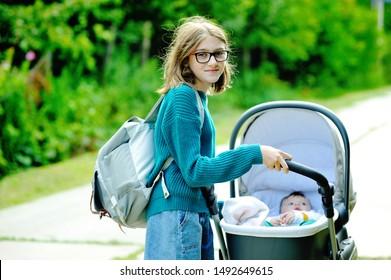 Adolescente fille avec son petit frère