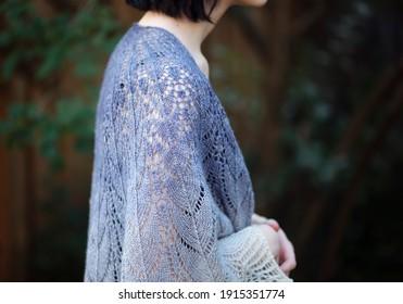 Ein Teenager, das einen blauen Spitzenschal trägt