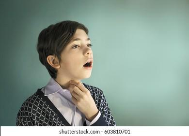 tiener zanger jongen zingen sluiten tot portret op blauwe achtergrond