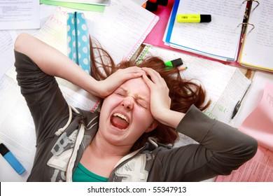 Teenagermädchen, die unter dem Druck der Prüfungstest Stress riskieren