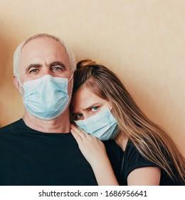 Teenagermädchen helfen Großvater und Unterstützung während der Pandemie, sieht Kamera auf seiner Schulter.   Enkelin macht sich Sorgen um Senioren über die weltweite Pandemie der Coronavirus-Epidemie. Ältere Risikozone