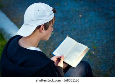 Teenager las Bücher auf der City Street