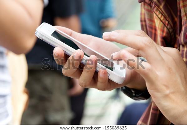 携帯電話を持つ10代の若者