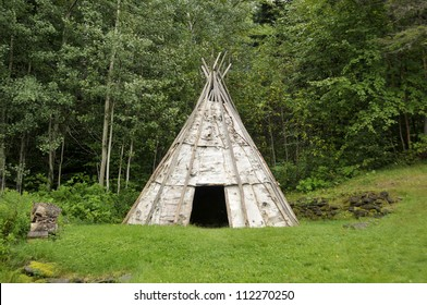 M�kmaq teepee. The M�kmaq are a First Nations people, indigenous to the northeastern region of New England, Canada's Atlantic Provinces, and the Gasp�© Peninsula of Quebec.