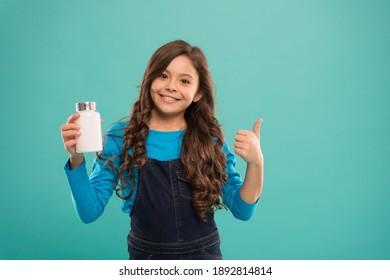 Für Zähne und Knochen. Tägliche Menge an Nährstoffen. Kleines süßes Kind, das Vitamin nehmen wird. Lebensmittelzusatzstoffe. Pillen für Kinder. Vitamin- und Mineralkomplex. Medizinkonzept. Erhöhen Sie die Immunität. Beste Vitamine.