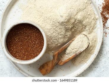 Teff Mehl auf einem Teller und Zierkorn mit Draufsicht
