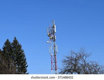Telecommunication antenna and sky background
