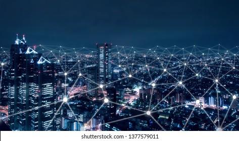 Telekommunikationsnetz über der Stadt, drahtlose mobile Internet-Technologie für intelligente Netz- oder 5G-LTE-Datenverbindung, IoT-Konzept, globales Geschäft, Fintech, Blockchain