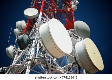 Telekommunikationsturm mit blauem Himmel.
