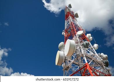Torre de telecomunicaciones con cielo nublado.
