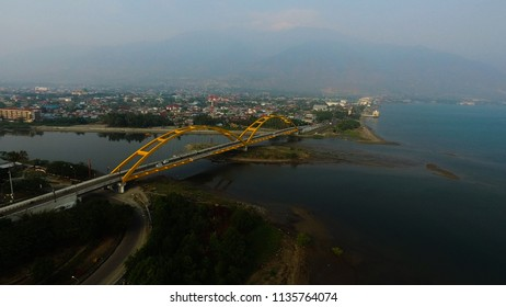 The Teluk Palu (or Ponulele) Bridge in the centre of Sulawesi, Indonesia, impresses with its two 20m high arches.