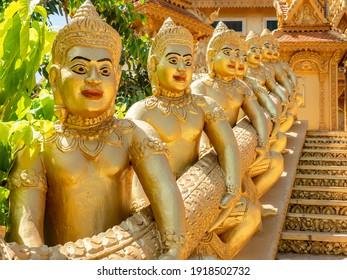 Tempelwächter am Wat Kean Kliang, einem buddhistischen Tempel in Phnom Penh, Kambodscha, zwischen den Flüssen Tonle Sap und Mekong.