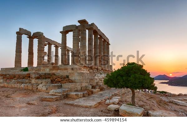 夏の日没の間、ギリシアのサウニオンのポセイドン神殿
