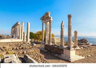 Templo de Trajano en la antigua ciudad de Pergamon, Bergama, Turquía en un hermoso día de verano
