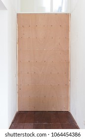 Temporary plywood in front of a door - Home improvement