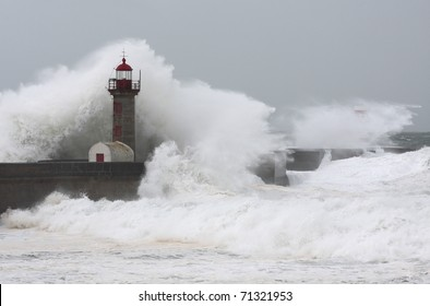 Ten meters waves in Porto Lighthouse