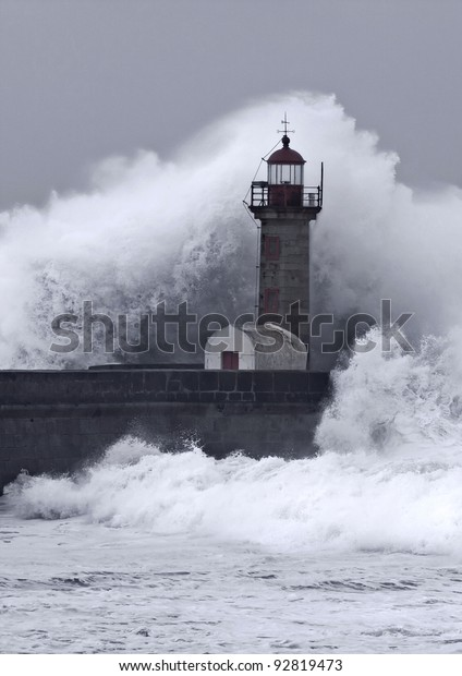 Ten meters waves in Porto Lighthouse