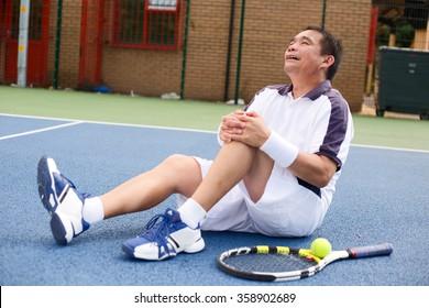 tennis player suffering a knee injury