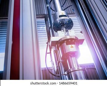 Prüfung der Zugfestigkeit und Biegefestigkeit von Werkstoffen, die in der industriellen Konstruktion verwendet werden. Die Festigkeitseigenschaften machen es möglich, schwere Masse geladen werden.