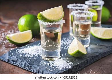 Doré de tequila, mexicain, alcool dans les lunettes de soleil, chaux et sel, image tondue, mise au point sélective