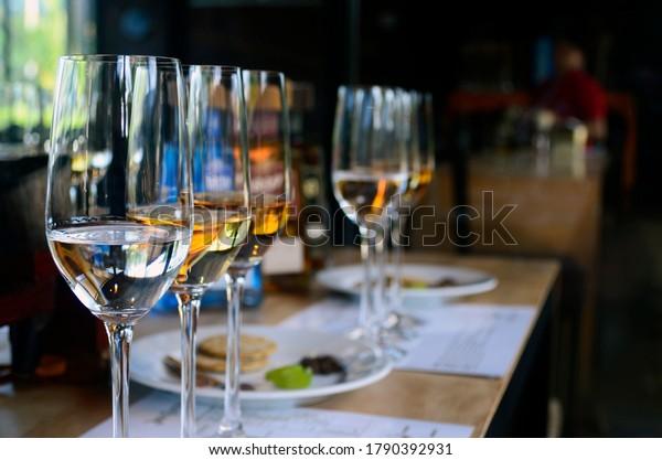 dégustation de tequila, gros plan sur le verre de dégustation de la quila, référado, blanco et añejo tequila.