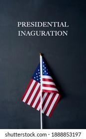 le texte de l'investiture présidentielle et un drapeau américain sur fond gris foncé