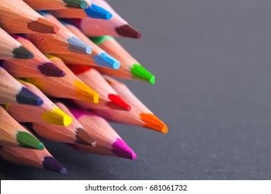 Holzfarbene Bleistifte mit Textur. Farbige Bleistifte Makro.