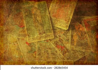 Image d'arrière-plan grunge à texture d'un groupe de cartes tarot éparpillées du grand arcana.