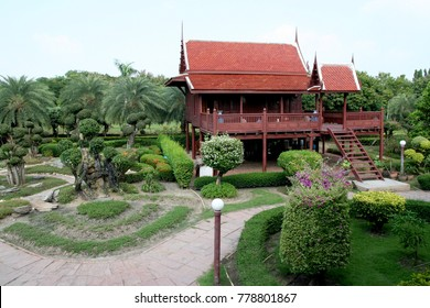 Thai Contemporary House Imitate traditional Thai house. Plaster is a home. And use the house. The ancient platform. Canopy roof Thai tiles