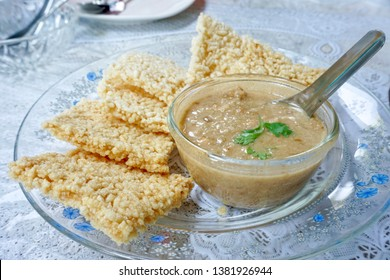 Thai crispy rice cake with minced shrimp and pork and coconut dipping (Kao Tung Na Tang)
