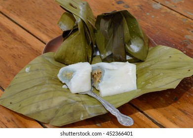 Thai dessert Steamed Flour with Coconut Filling Kanom Sai Sai