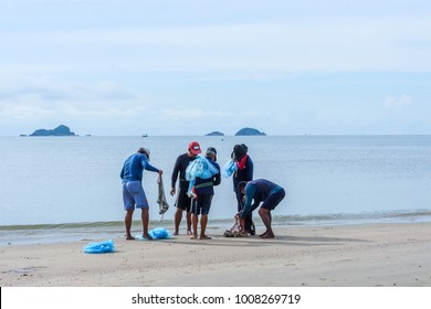 Thai fishermen discuss catch early morning