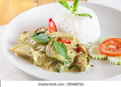 Thai food, Thai chicken green curry with stream rice (Kang Kiew Wan)