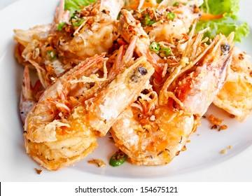 thailändische Küche, gebratene Garnelen mit Salz und Chilis