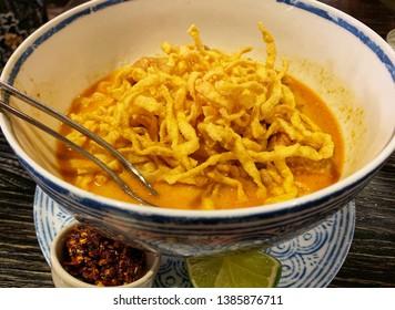 thai food : kao soi (crispy noodle with spicy coconut soup)