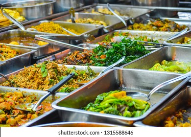 Thai food on the street is popular and sell well, not less than Pad Thai and Tom Yum Shrimp are various curries. Insect, fresh frogs, vegetables, fruits