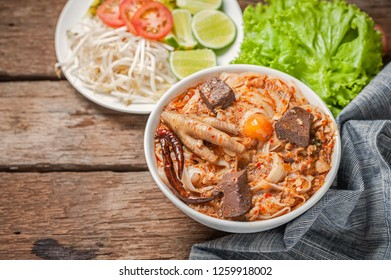 Thai food, rice noodles with spicy pork sauce.