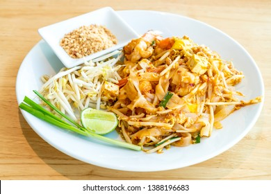 Thai Fried Rice Noodle With Prawns and Shrimps (Pad Thai Gung Sod) - Thai Food Style