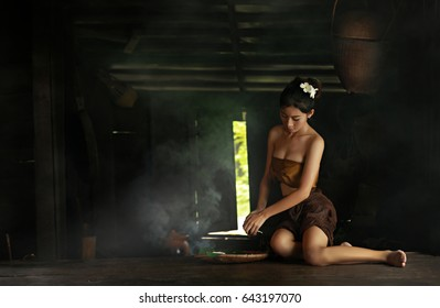 Thai girls are preparing to cook at the Thai traditional Thai kitchen.